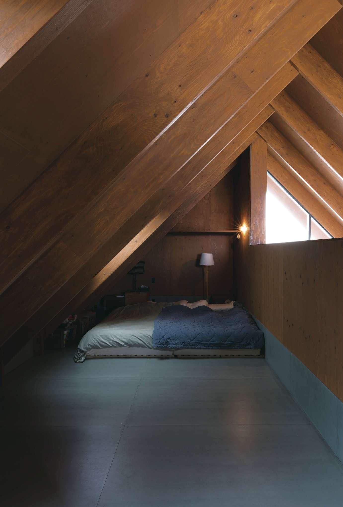 建杜 KENT(大栄工業)【デザイン住宅、自然素材、建築家】2階は大きなロフトのようなワンフロアのつくり。一角に配置した寝室は、リビングの気配を感じられて、屋根裏の程よいおこもり感も確保