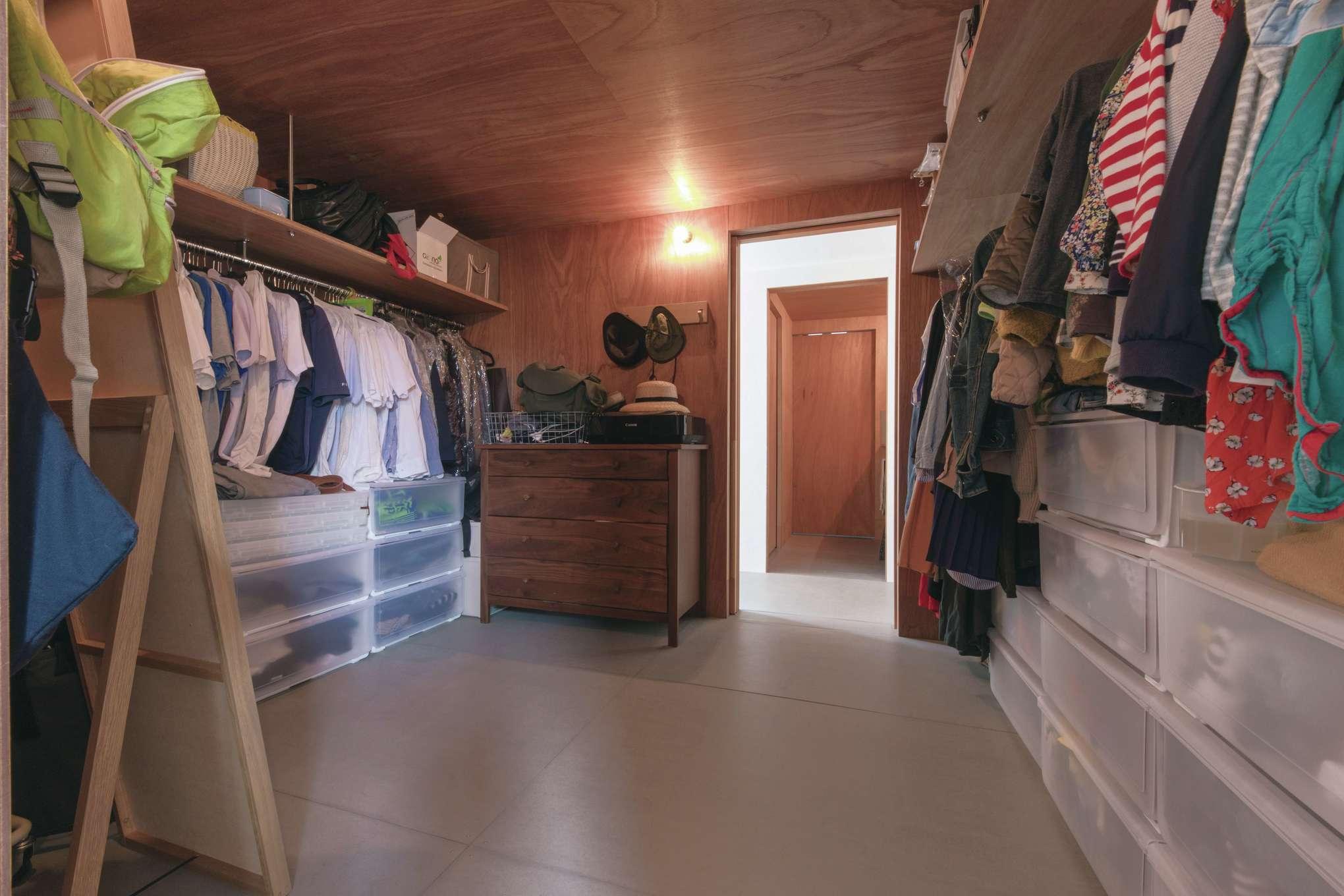 建杜 KENT(大栄工業)【デザイン住宅、自然素材、建築家】キッチンに隣接して洗面脱衣所へ抜けるクローゼット。動線も兼ね空間も時間も有効活用できる