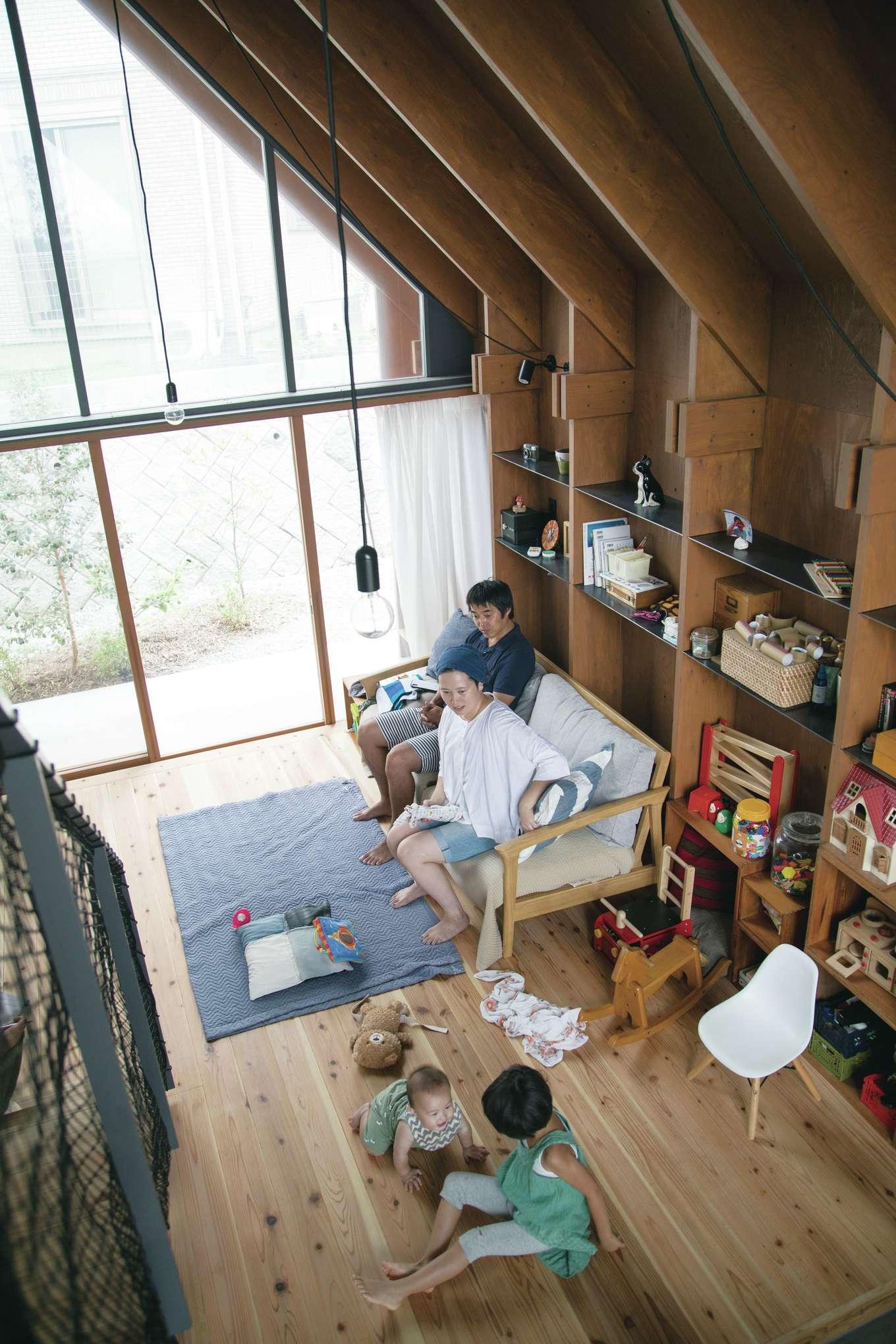 建杜 KENT(大栄工業)【デザイン住宅、自然素材、建築家】リビングは柔らかな杉の無垢床。子どももワンコもニャンコも、安心して遊べる。外の視線が気にならない裏庭側は、一面ガラスに
