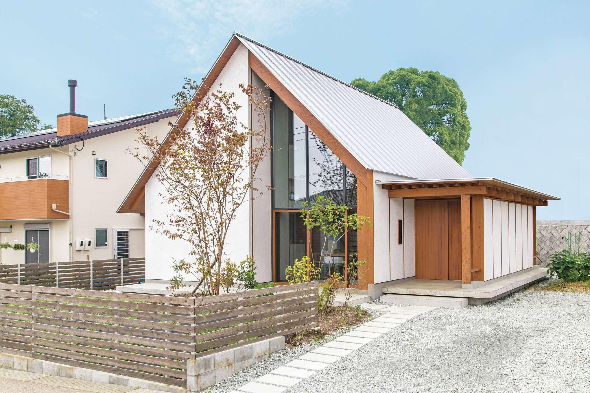 建杜 KENT(大栄工業)【デザイン住宅、自然素材、建築家】シンメトリーの三角屋根が印象的なM邸は、森の中の教会のような佇まい。日当たりや風の流れはもちろん、景色の抜け感までも考慮して窓を配置。キャンプもできそうな広い庭や家庭菜園で、自宅でもアウトドアを存分に楽しめる