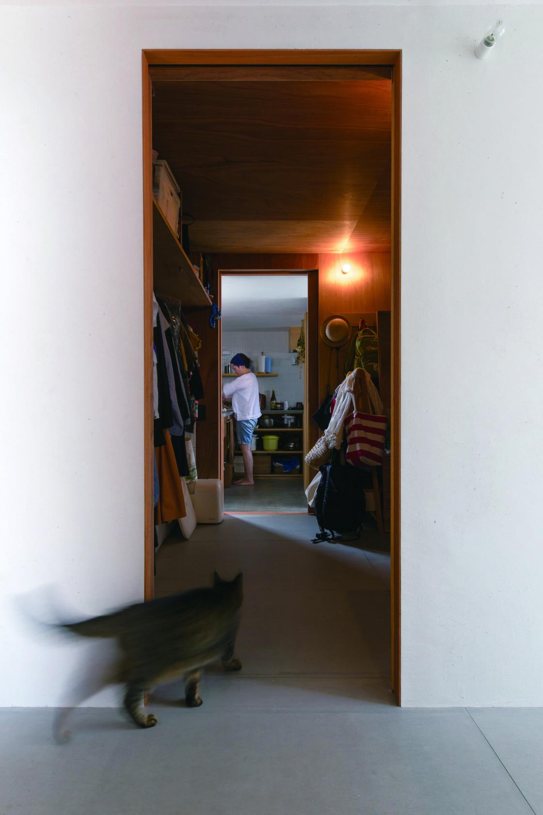建杜 KENT(大栄工業)【デザイン住宅、自然素材、建築家】キッチンと水回りをつなぐ動線上に、ウォークインクローゼットを。衣類収納を一か所で完結でき、家事も便利