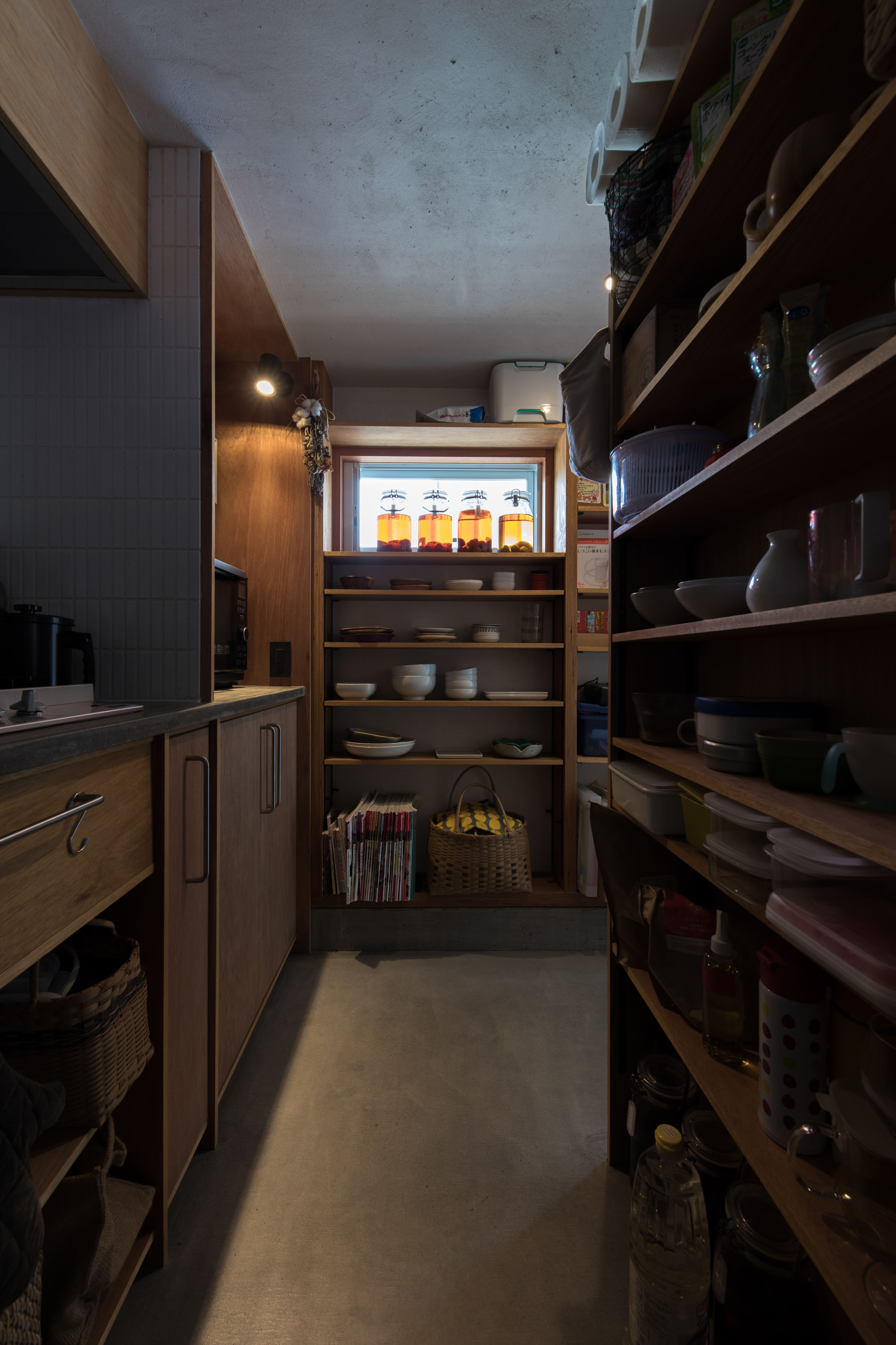 建杜 KENT(大栄工業)【デザイン住宅、自然素材、建築家】モルタル土間のキッチンは奥さまのお気に入り。冷蔵庫を中心に回遊できる空間は、全体がパントリーのような収納力。オープン棚で必要なものにさっと手が届く