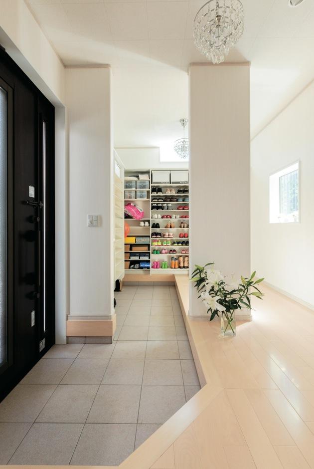 玄関収納はたっぷりと。玄関から死角になる位置に設けているから来客時も慌てない