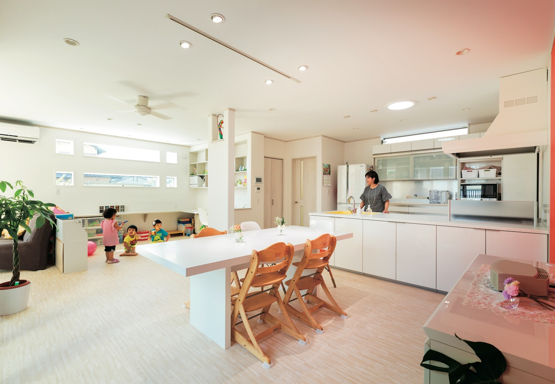 キッチンに立つ奥さまからスタディスペースがよく見える。親子で一緒に勉強もできる