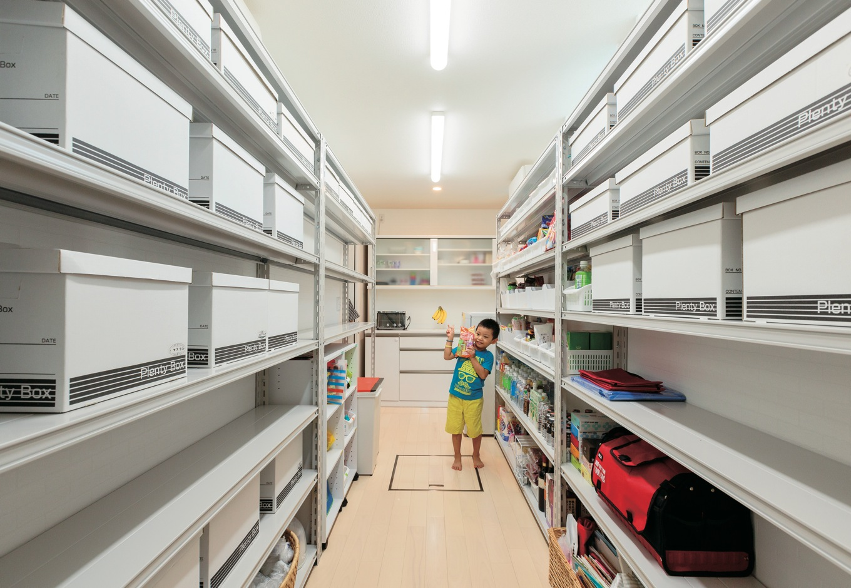 キッチンから玄関への間には大容量のパントリーを設置。食材選びもラクラク