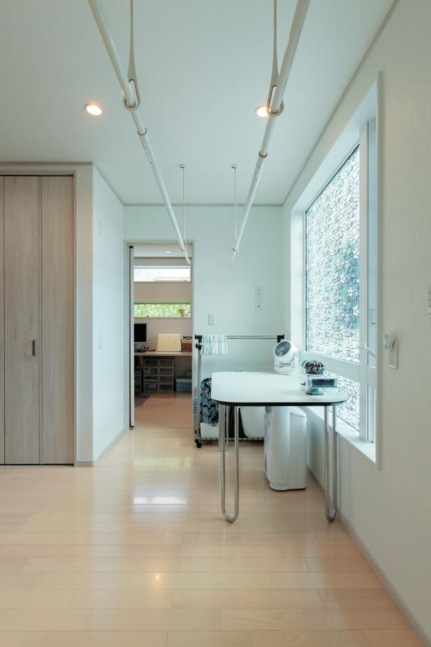 バスルームや洗面室がある2階には家事室も。家事動線を短くし奥さまの負担を軽減。洗濯機のそばには、風呂の残り湯専用の配管も設置した