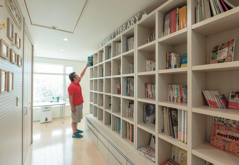 2階ホールにある書棚。ファミリーライブラリーとしてみんなで共用するのは、子ども達の好奇心を育てるため