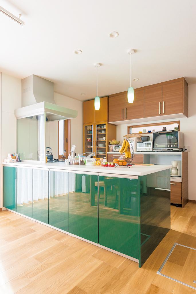 興友ハウス【子育て、自然素材、間取り】キッチンは表側も収納に