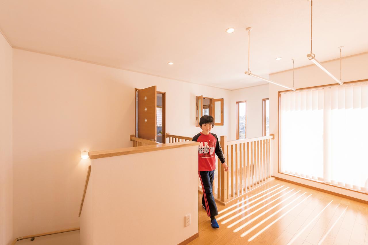 興友ハウス【子育て、自然素材、間取り】洗濯機は2階に。雨の日はホールに干せる
