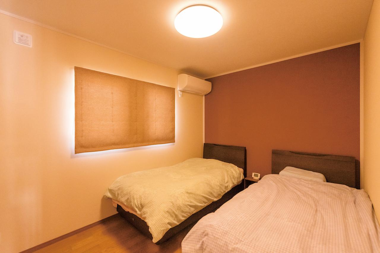 興友ハウス【子育て、自然素材、間取り】主寝室の小豆色の壁は、奥さまが手塗りで仕上げた