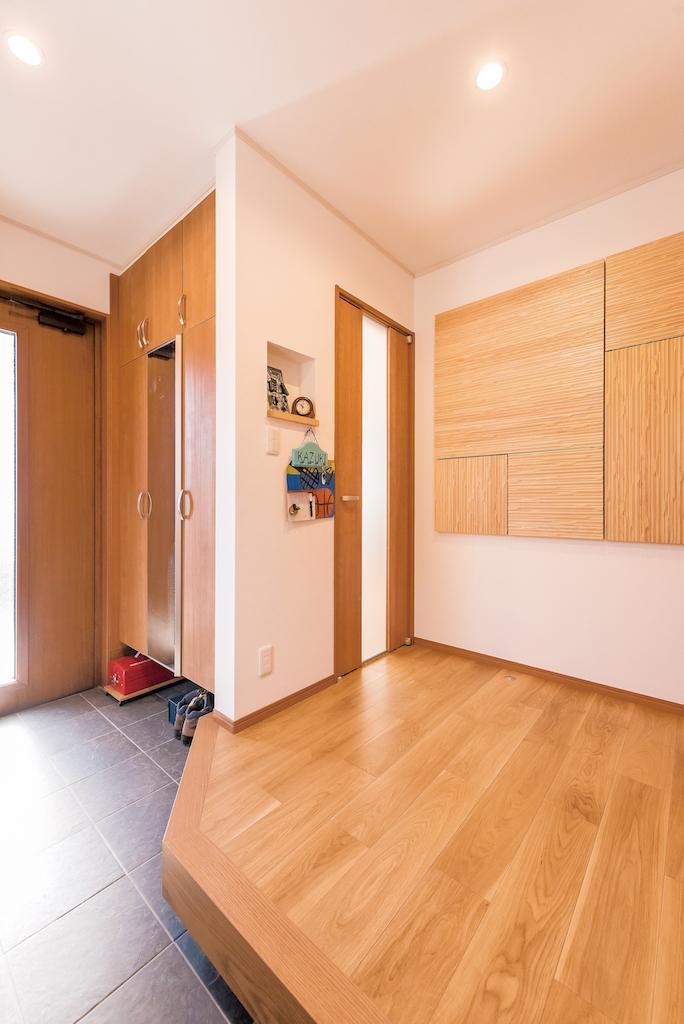 興友ハウス【子育て、自然素材、間取り】玄関の壁には一目惚れしたウッドボードが