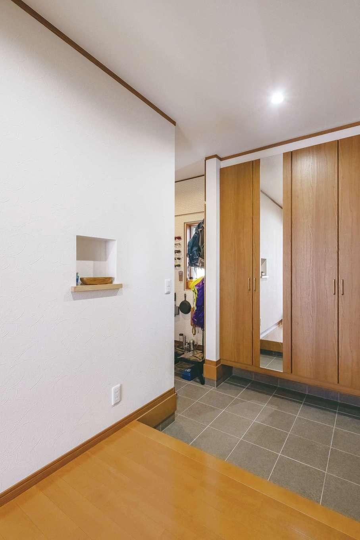 玄関には土間収納のほか、シューズクローゼットを設置