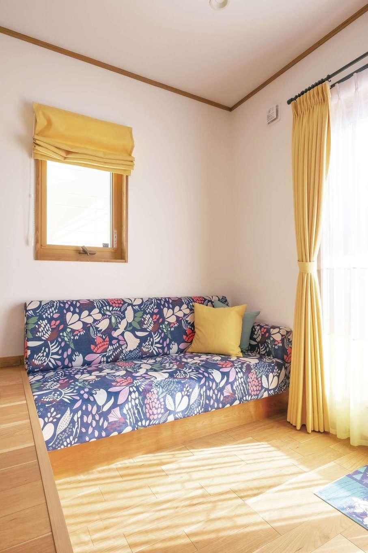 興友ハウス【子育て、間取り、狭小住宅】奥さまが選んだファブリックが北欧スタイルのインテリアに溶け込む。造作のソファやカーテンとともに裾野の「MANUALgraph」に特注した