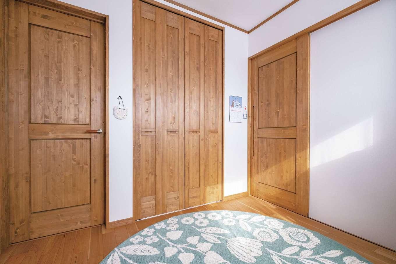 興友ハウス【子育て、間取り、狭小住宅】2階の予備スペース。木製引き戸で空間を自在に分けたりつなげたりできる