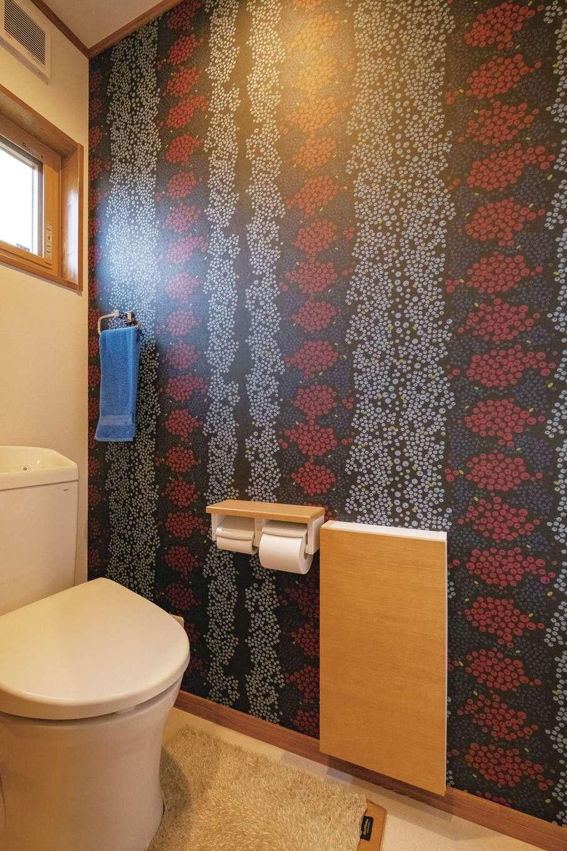 興友ハウス【子育て、間取り、狭小住宅】1階トイレの壁紙は奥さまお気に入りのデザインブランド