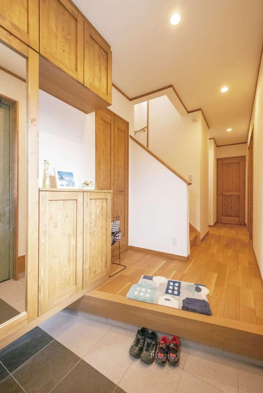 興友ハウス【子育て、間取り、狭小住宅】木の温もりに包まれた玄関。1階には個室が並ぶ
