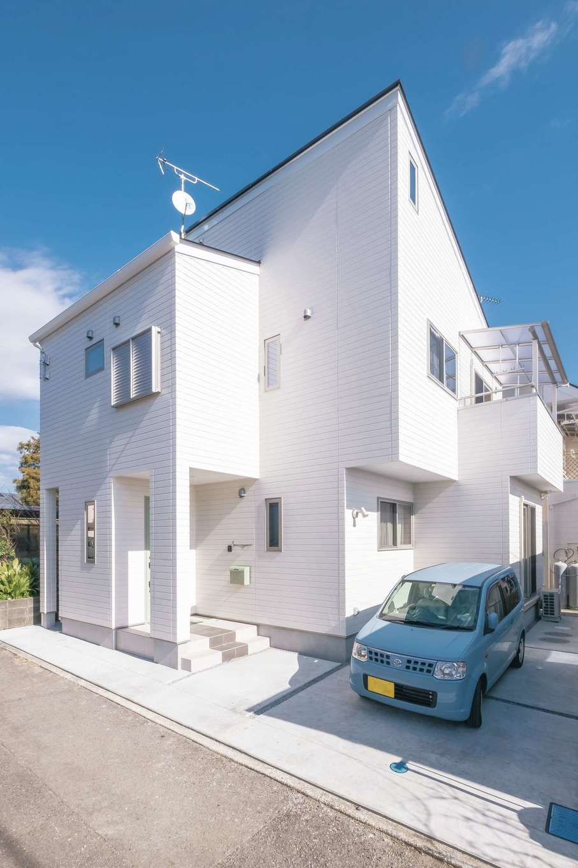興友ハウス【子育て、間取り、狭小住宅】青空に白い外壁が映える。敷地は小さいが、代々受け継いだ土地を次の世代へ