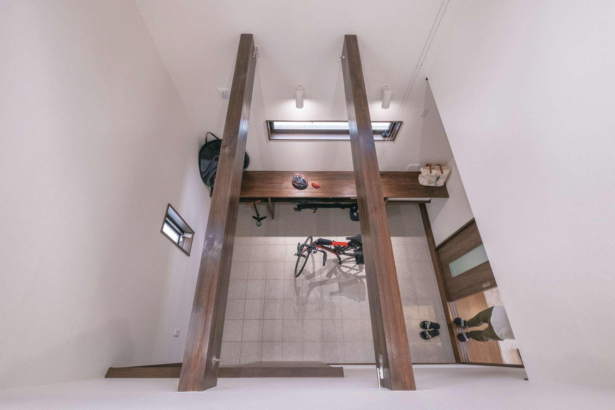 興友ハウス【趣味、間取り、ガレージ】サイクルスペースの吹き抜けにある梁は、床を設置できる強度に設計。将来的に一部屋増やすことも可能だ