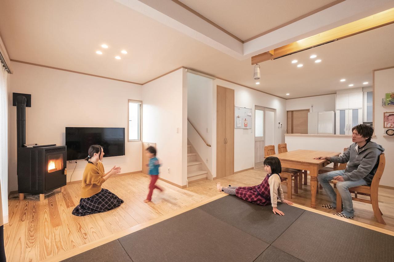 じゆうの家(藤田建設)【1000万円台、子育て、自然素材】無垢の床と羊毛断熱材に包まれるLDK。LDKと洗面室、トイレ、2階の主寝室の壁はサンゴの塗り壁。調湿作用があり、空間を爽やかに保ってくれるため、長くいる部屋と湿度が高くなりがちな空間に採用した。