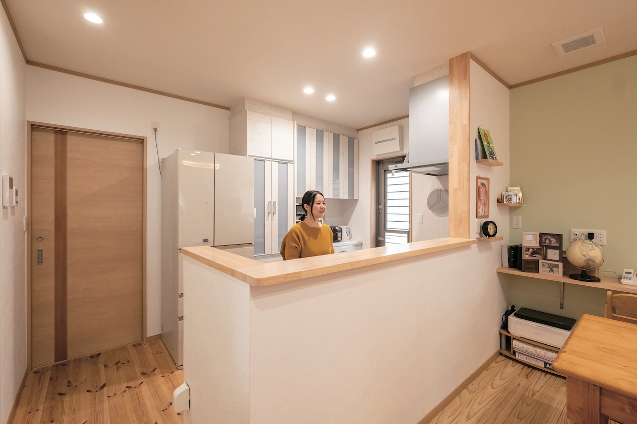 じゆうの家(藤田建設)【1000万円台、子育て、自然素材】手元が見えないようカウンターを高くしたキッチン。バックヤードに水回り設備を集約したことで、共働き・子育て夫婦の家事時間を大幅に短縮