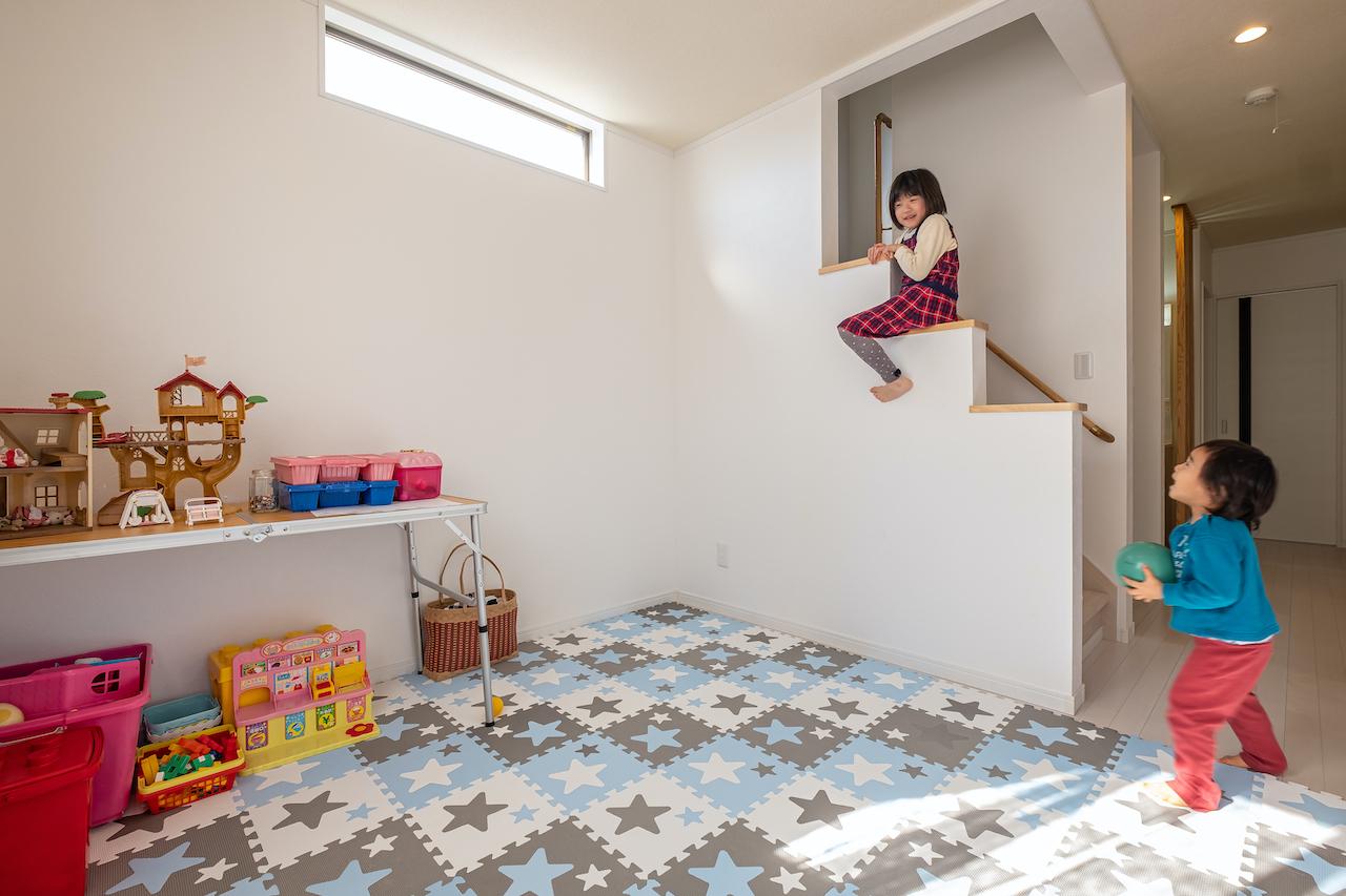 じゆうの家(藤田建設)【1000万円台、子育て、自然素材】2階には、子ども部屋2室と主寝室があり、廊下で繋がる。フリースペース横の階段を上がると小屋裏収納へ