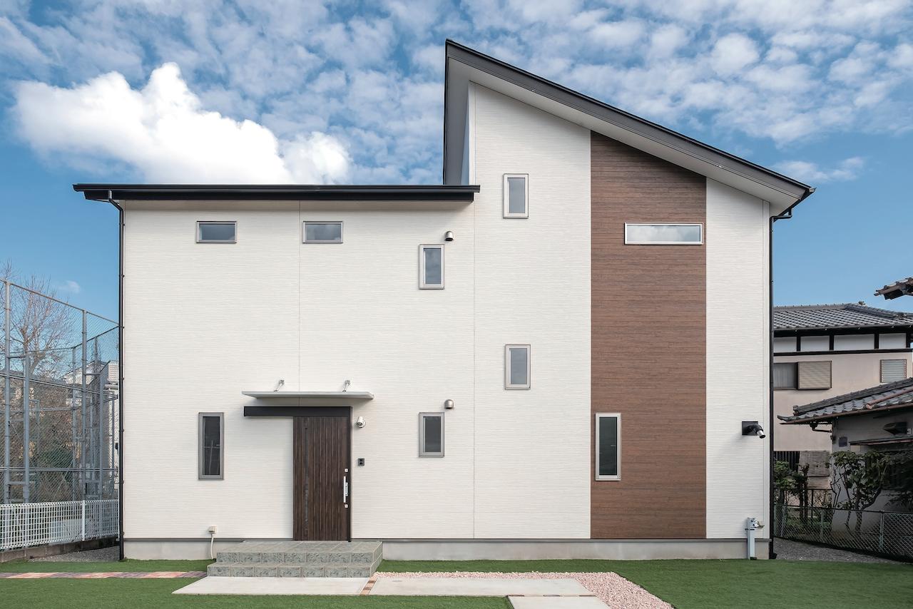 じゆうの家(藤田建設)【1000万円台、子育て、自然素材】青空に映えるシンプルな外観。庭や家庭菜園は、自分たちで少しづつ作り上げてきた。これからフットサルのゴールも作る予定だそう