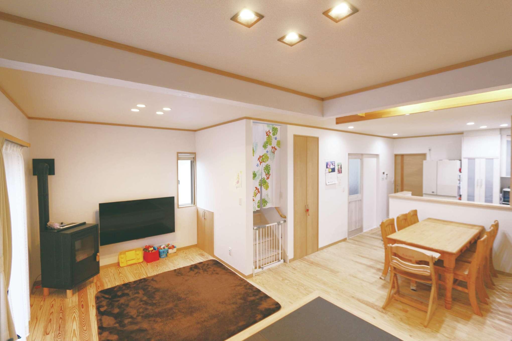 じゆうの家(藤田建設)【1000万円台、子育て、自然素材】LDKと洗面室、トイレ、2階の主寝室の壁はサンゴの塗り壁。調湿作用があり、空間を爽やかに保ってくれるため、長くいる部屋と湿度が高くなりがちな空間に採用した