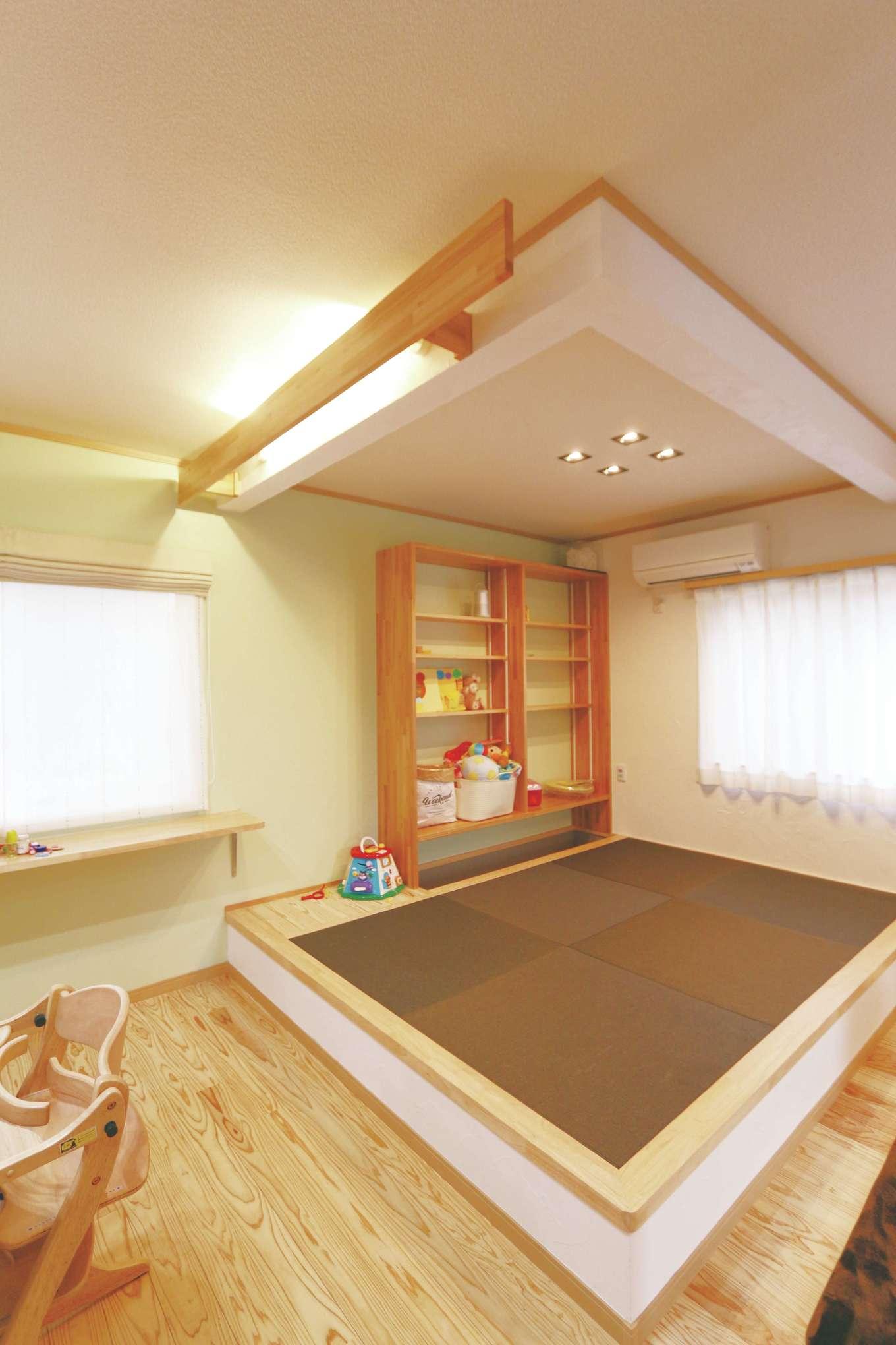 じゆうの家(藤田建設)【1000万円台、子育て、自然素材】小上がりにはスタディスペースを用意。いつも家族が集うLDKの床には無垢の杉を採用。ショールームの床にご主人が寝転んで、感触を確かめて選んだ