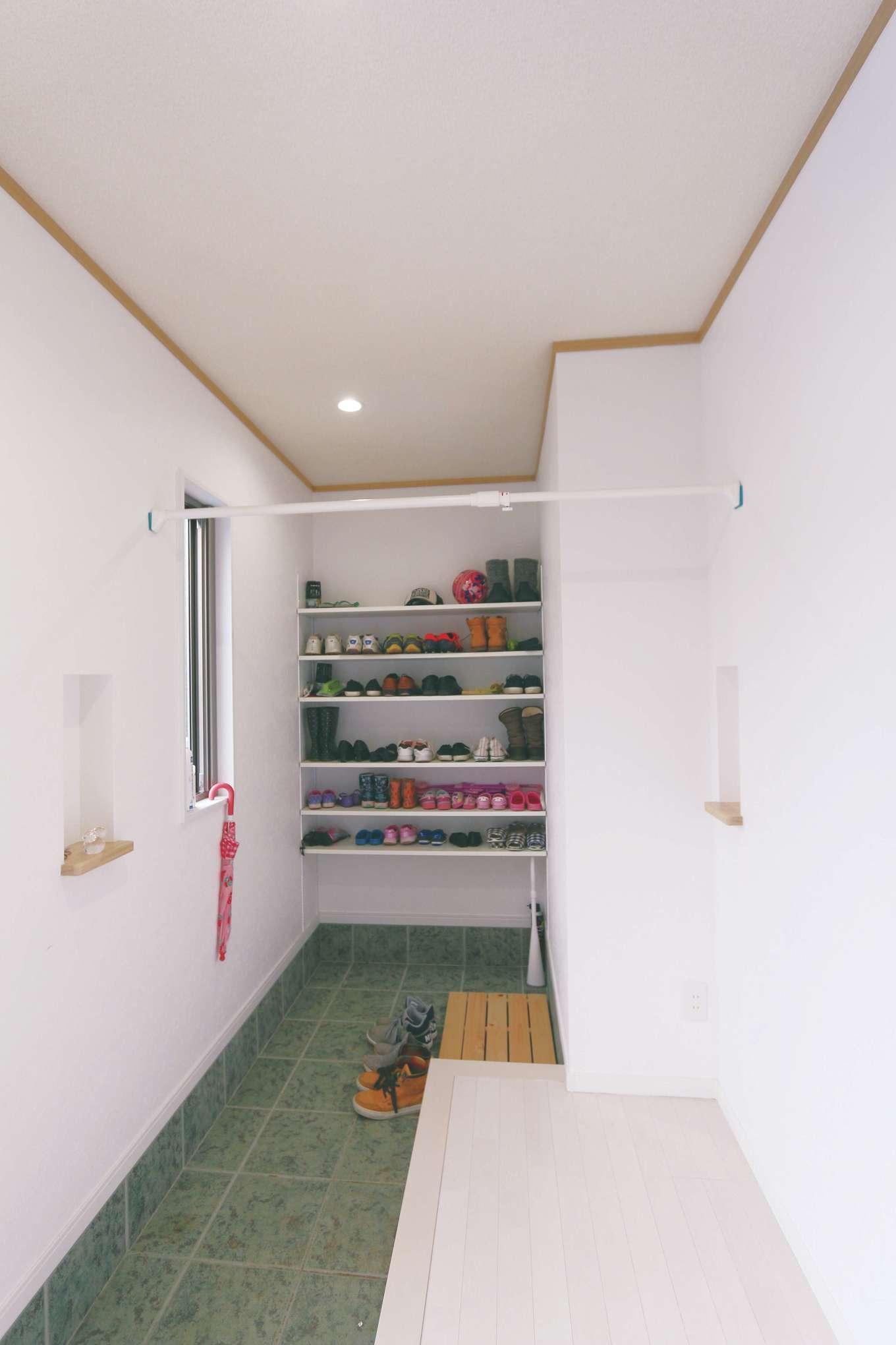 じゆうの家(藤田建設)【1000万円台、子育て、自然素材】玄関には土間収納を設置してスッキリをキープ