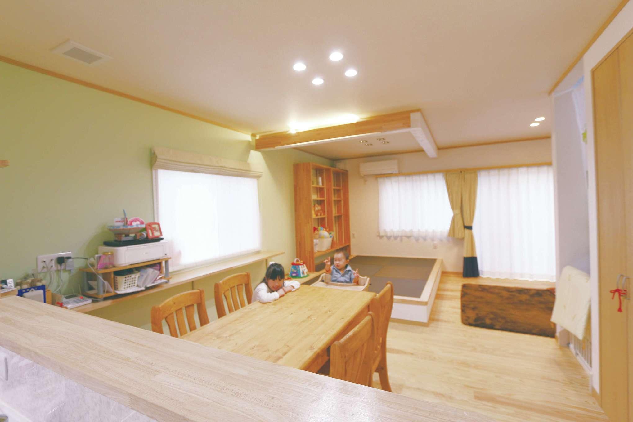 じゆうの家(藤田建設)【1000万円台、子育て、自然素材】キッチンから、リビング・ダイニング、小上がりを一望でき、家族の気配を感じながら家事ができる