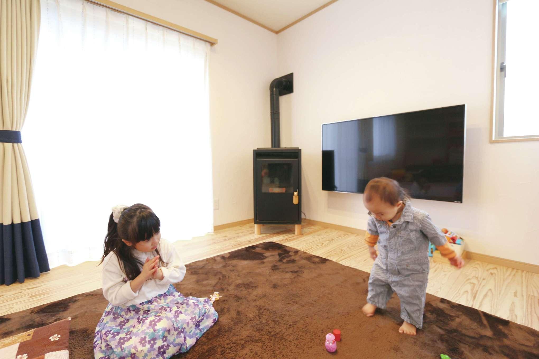 じゆうの家(藤田建設)【1000万円台、子育て、自然素材】煙がほとんど出ないというメリットがあるペレットストーブを導入。木質ペレットを燃料とし、熱をファンで拡散する