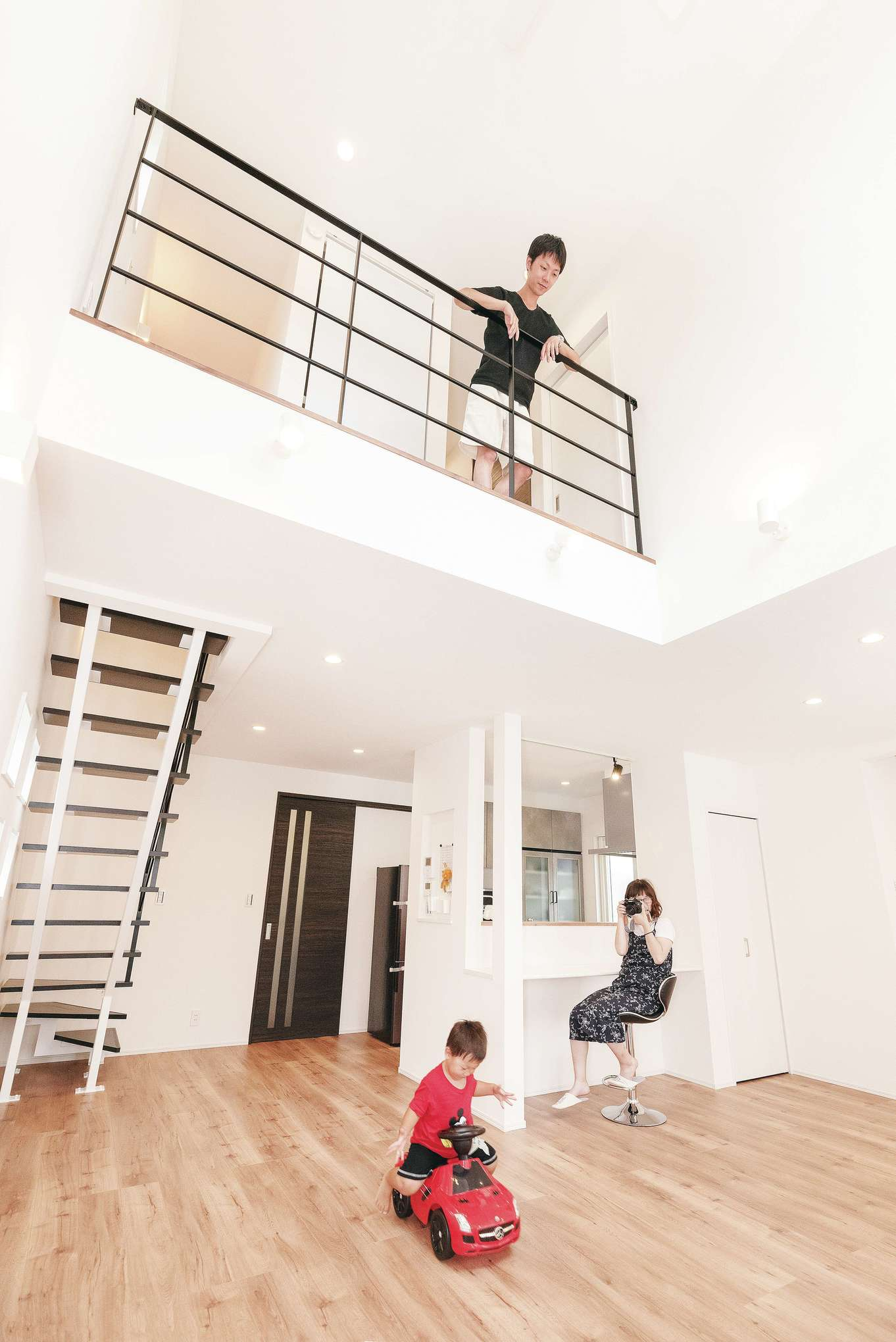 irohaco (アヴァンス)【1000万円台、デザイン住宅、子育て】白い壁とアイアンのモノトーンコーデがスタイリッシュなLDK。吹き抜けによってさらにゆったりとした空間に