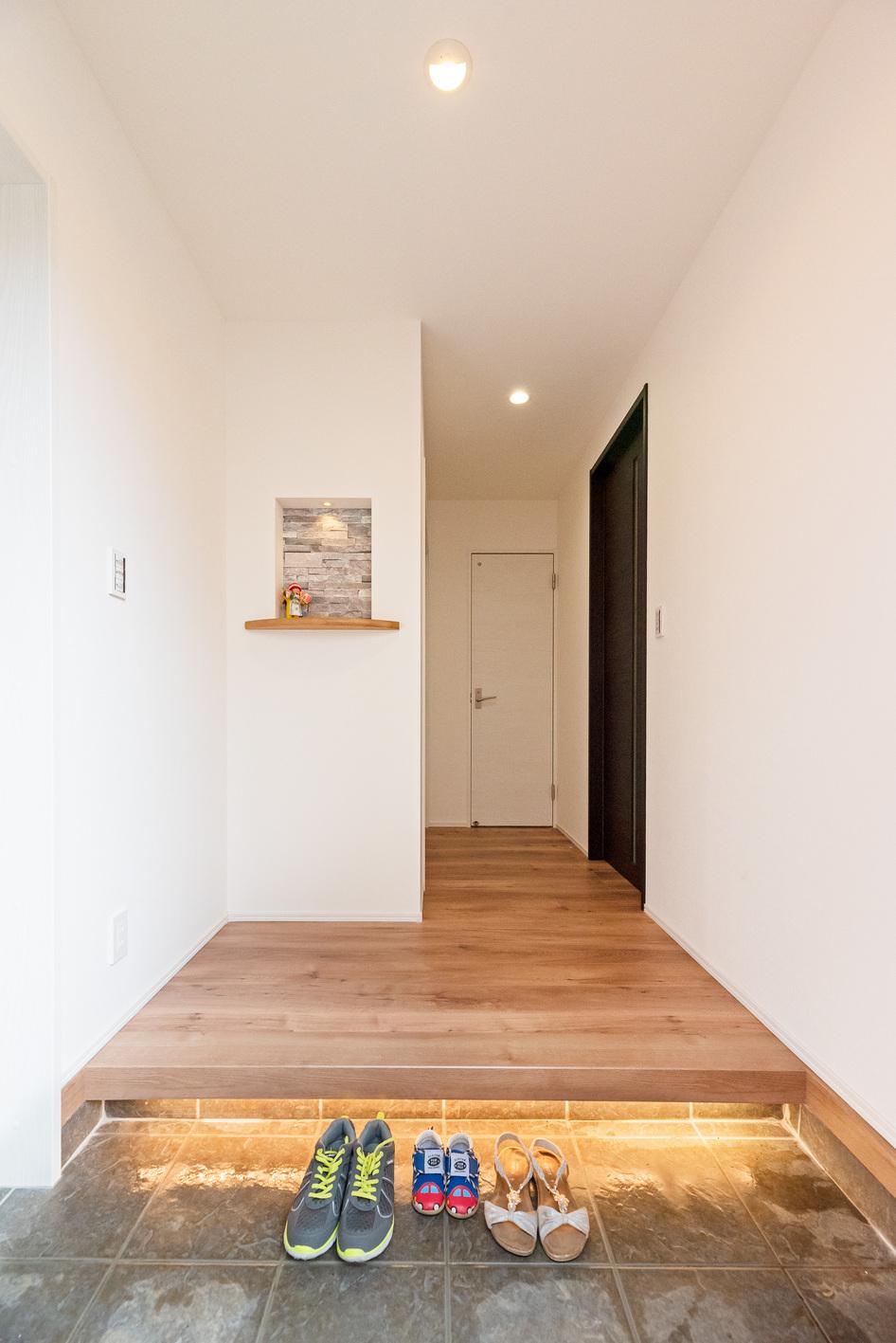 irohaco (アヴァンス)【1000万円台、デザイン住宅、子育て】間接照明が高級感を演出する玄関。家族3人が並んでも余裕のある広さをとった