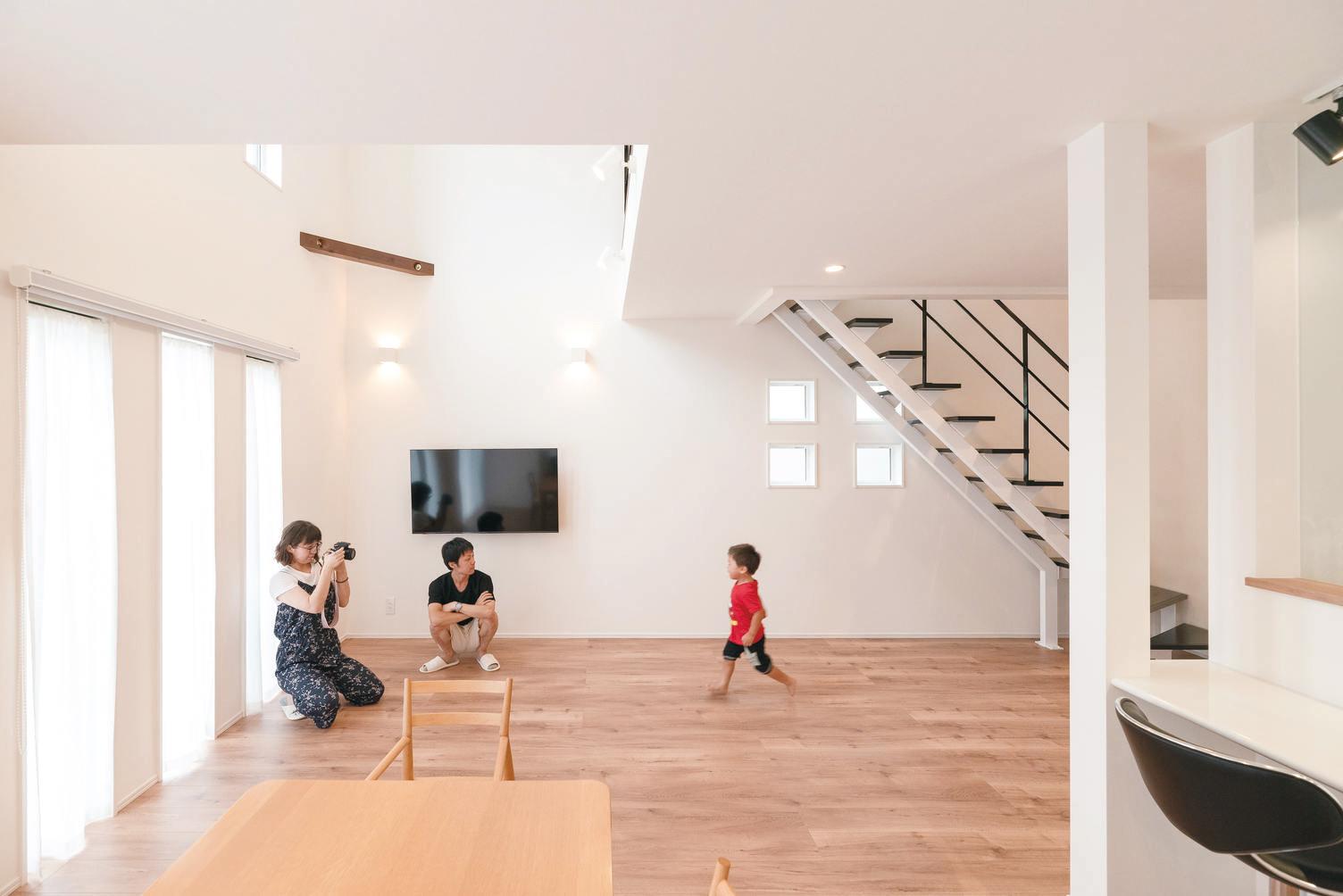 irohaco (アヴァンス)【1000万円台、デザイン住宅、子育て】広いLDKをうれしそうに走り回る長男を見守るのが何よりも幸せだと語るMさん夫妻