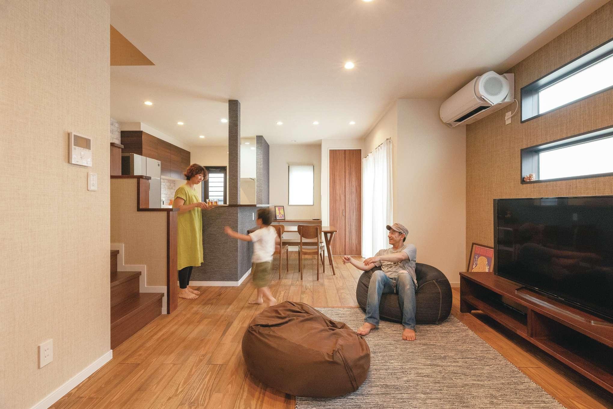 杉の無垢材を使用した床は、肌ざわりが心地よい。I邸を彩る壁紙のほとんどは、奥さまの勤務先が製造販売している紙布。自然素材らしい、やわらかな風合いと独特の質感が、空間をやさしい雰囲気で包んでいる