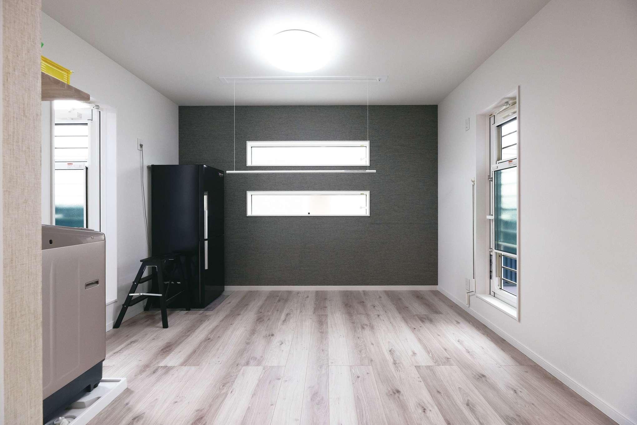 洗濯機を設置した2階ホール。天気次第で左側のドアから続くインナーバルコニーや、右側のドアから出られるオープンバルコニーでの屋外干しも選択できる