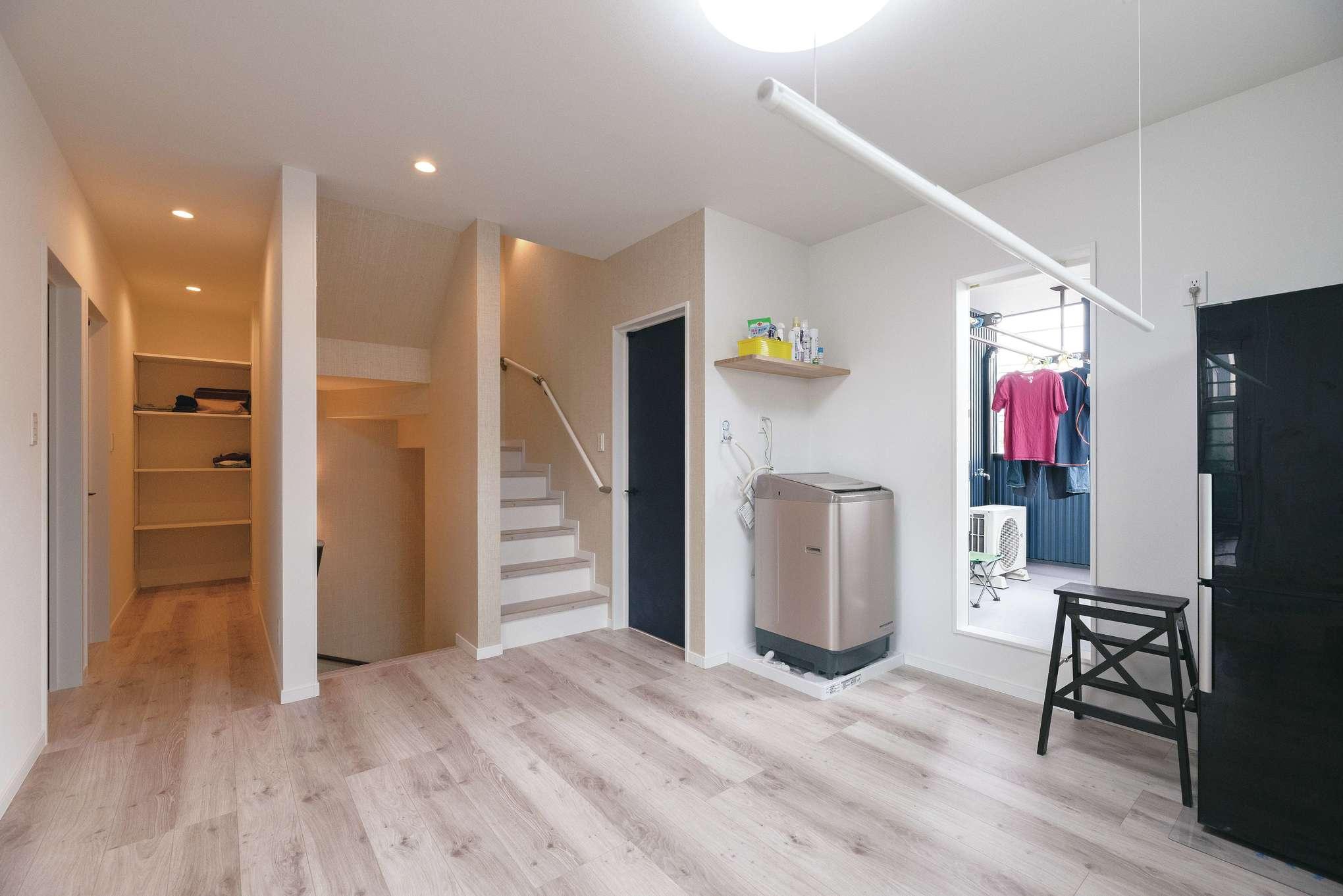 広々とした2階ホールには、洗濯機のほかに冷蔵庫も。奥の階段は屋根裏収納へと続く