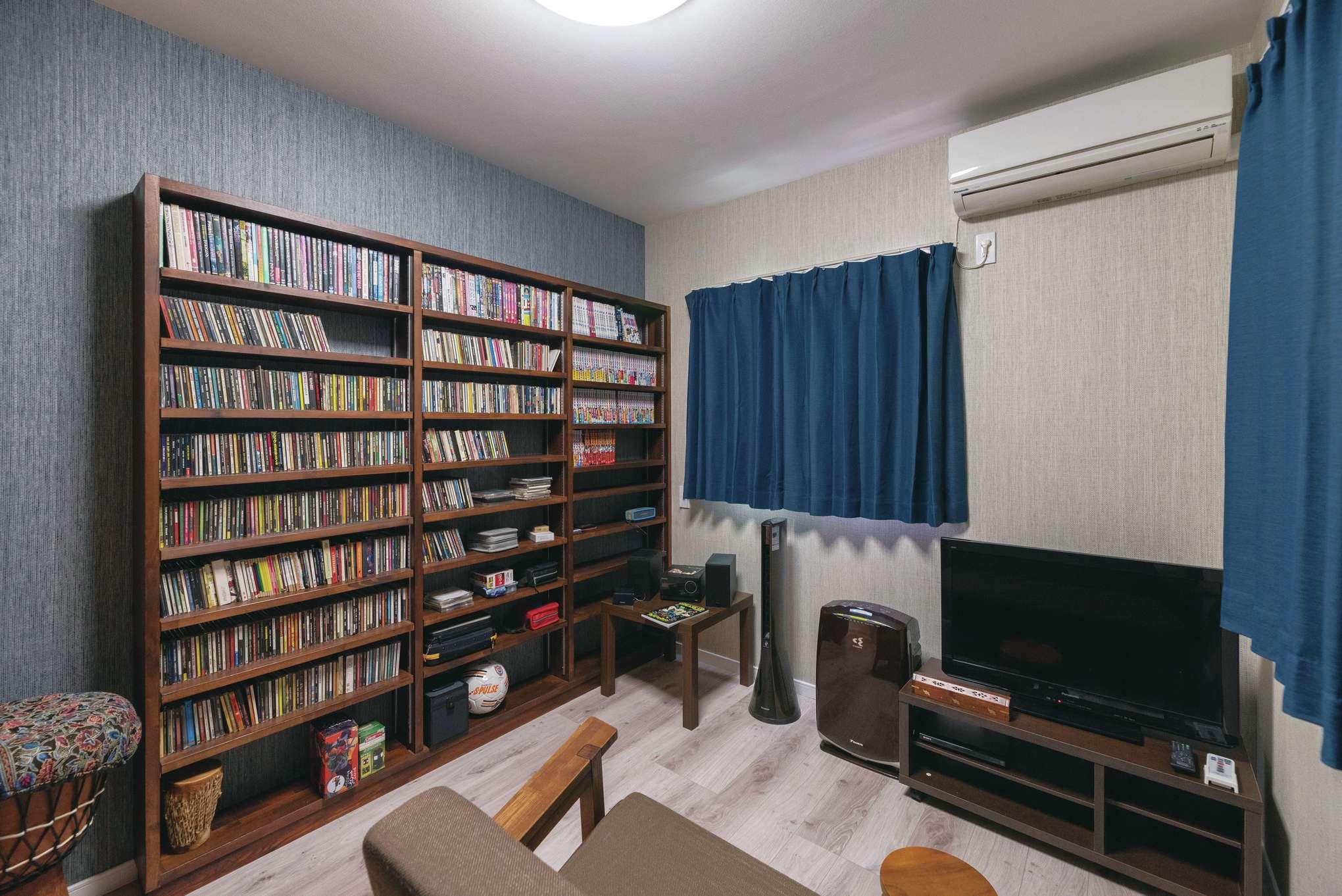 CD用の棚を造作したご主人のプライベートルーム。これからコレクションが充実していく楽しみも