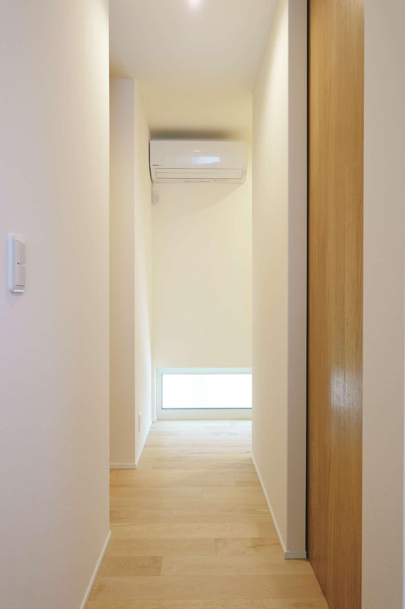 低燃費住宅 静岡(TK武田建築)【子育て、自然素材、省エネ】吹き抜けにあるファンによって家の空気が巡り、室温が均一になる。脱衣室も、トイレの中も快適。子どもが寝ていて布団を蹴飛ばしても、かぜの心配もなし。エアコンは2台だけなので光熱費はもちろんのこと、数年後の買い替えコストも抑えられる。浮いた分は子どもの習い事や家族旅行などに投資できるのもうれしい