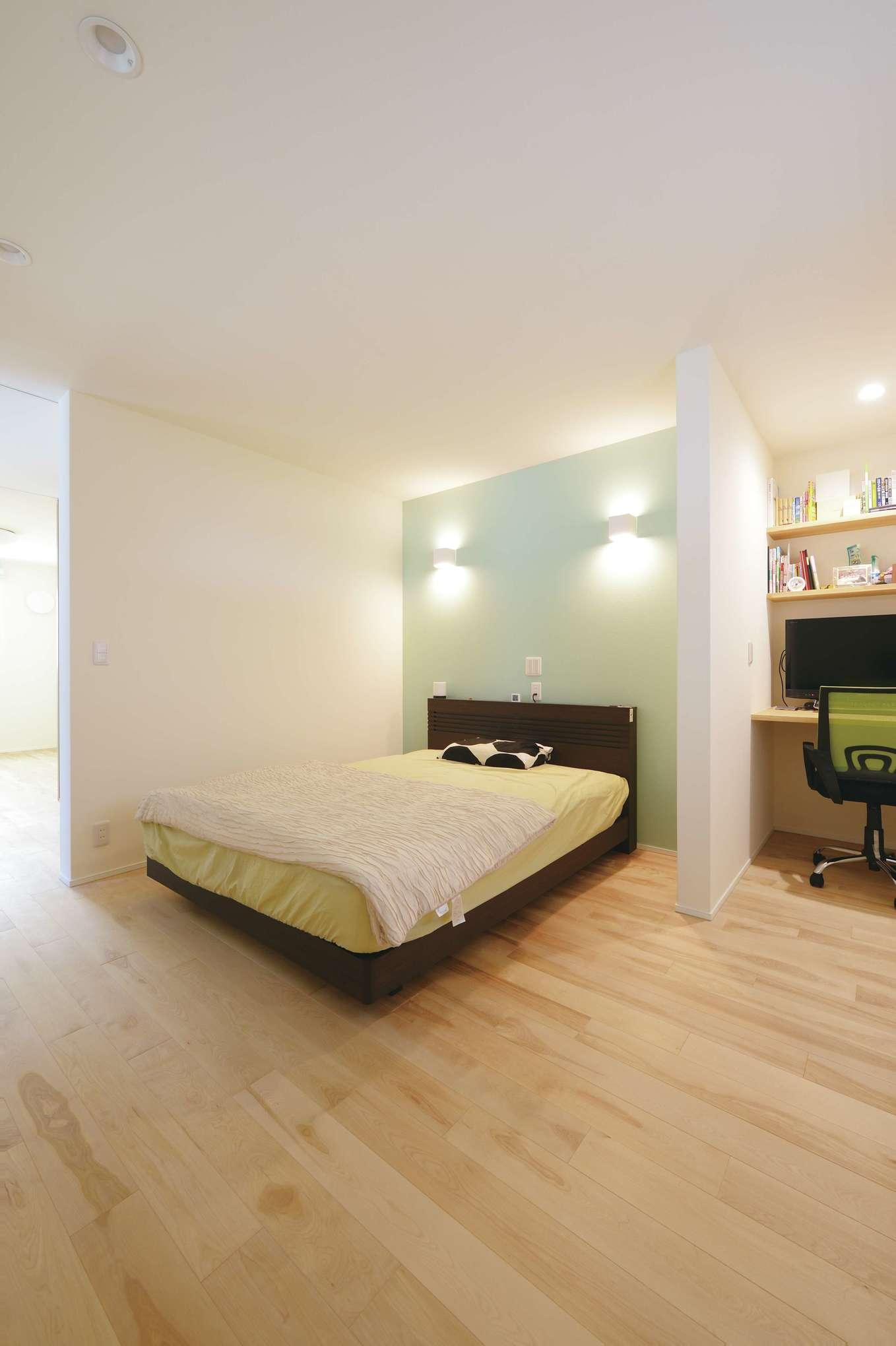 低燃費住宅 静岡(TK武田建築)【子育て、自然素材、省エネ】アクセントウォールがおしゃれな寝室。室温が一定だから、エアコンがなくても熟睡できる。すぐ隣にはご主人の書斎を併設