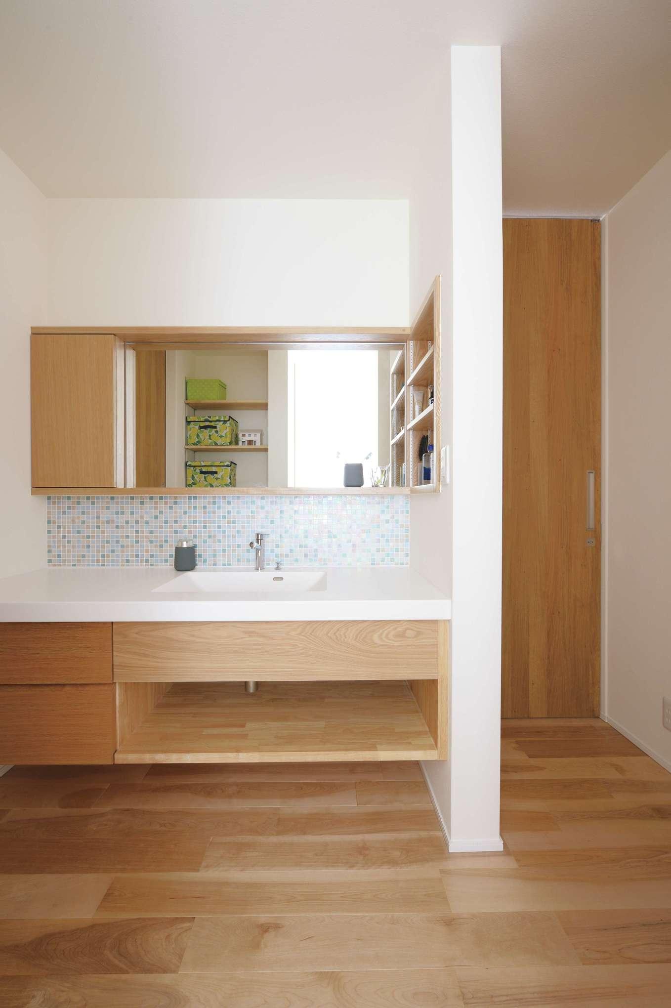 低燃費住宅 静岡(TK武田建築)【子育て、自然素材、省エネ】忙しい朝、夫妻が同時に支度できるようにした幅広の独立型洗面室。モザイクタイルをあしらった奥さまお気に入りの場所