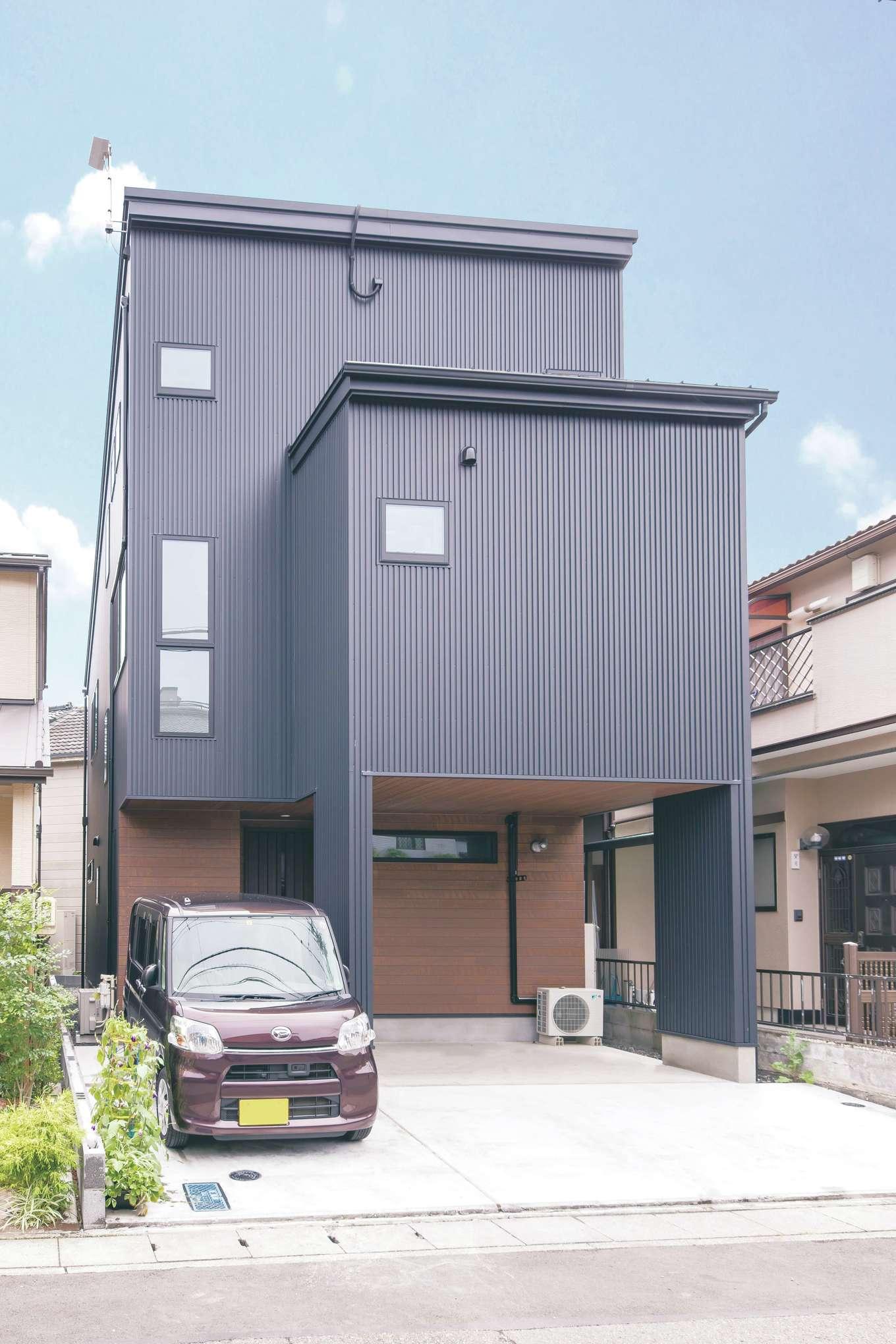 甲静ハウジング【子育て、収納力、狭小住宅】黒のガルバリウムと木目のサイディングでクールな外観
