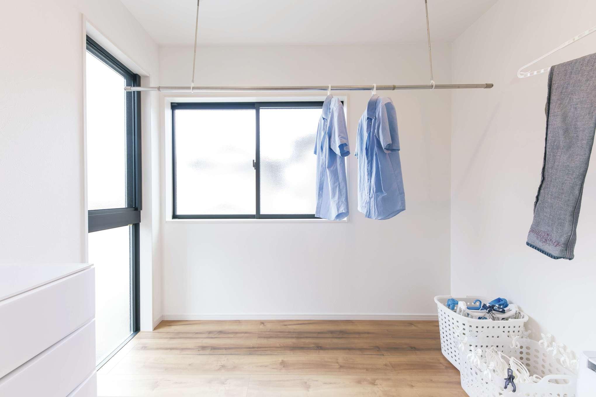 甲静ハウジング【子育て、収納力、狭小住宅】室内物干しスペースは、洗面所とキッチンに隣接。家事動線も便利