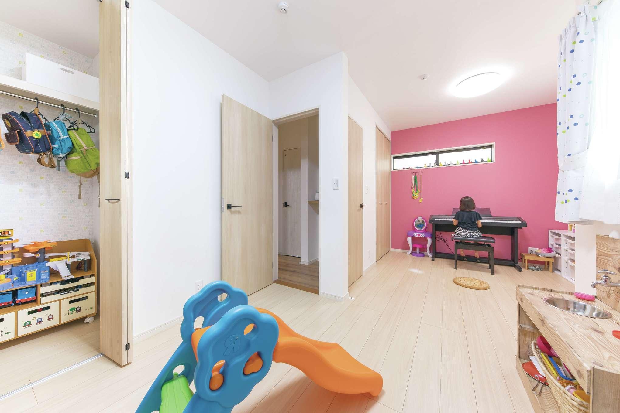 甲静ハウジング【子育て、収納力、狭小住宅】将来は2部屋に分けられる子ども部屋。男女でクロスの色分けをし、クローゼット内はかわいい柄モノに