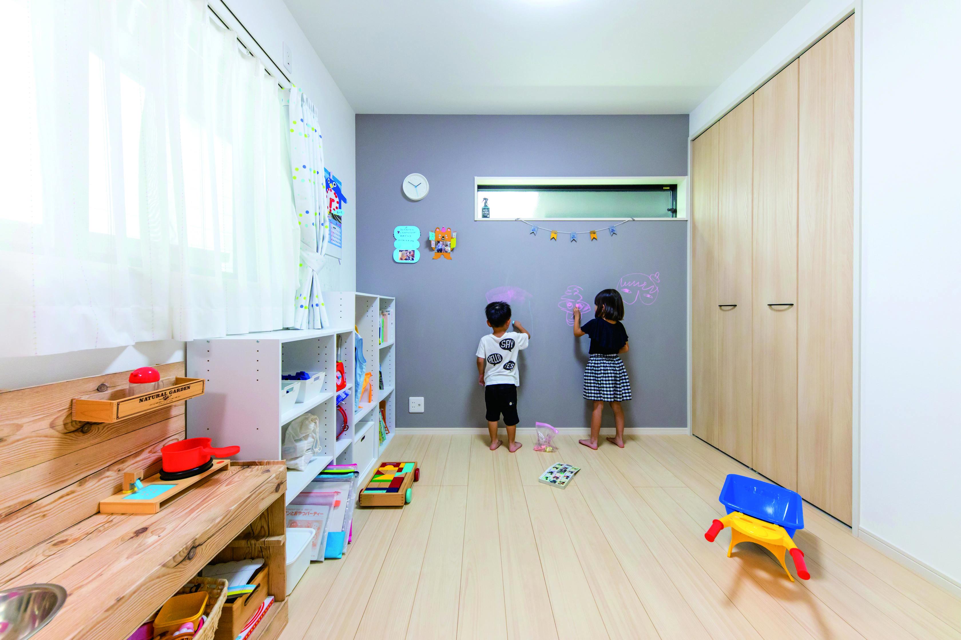 甲静ハウジング【子育て、収納力、狭小住宅】子ども部屋の壁には何度もお絵かきが出来、遊び心が満載