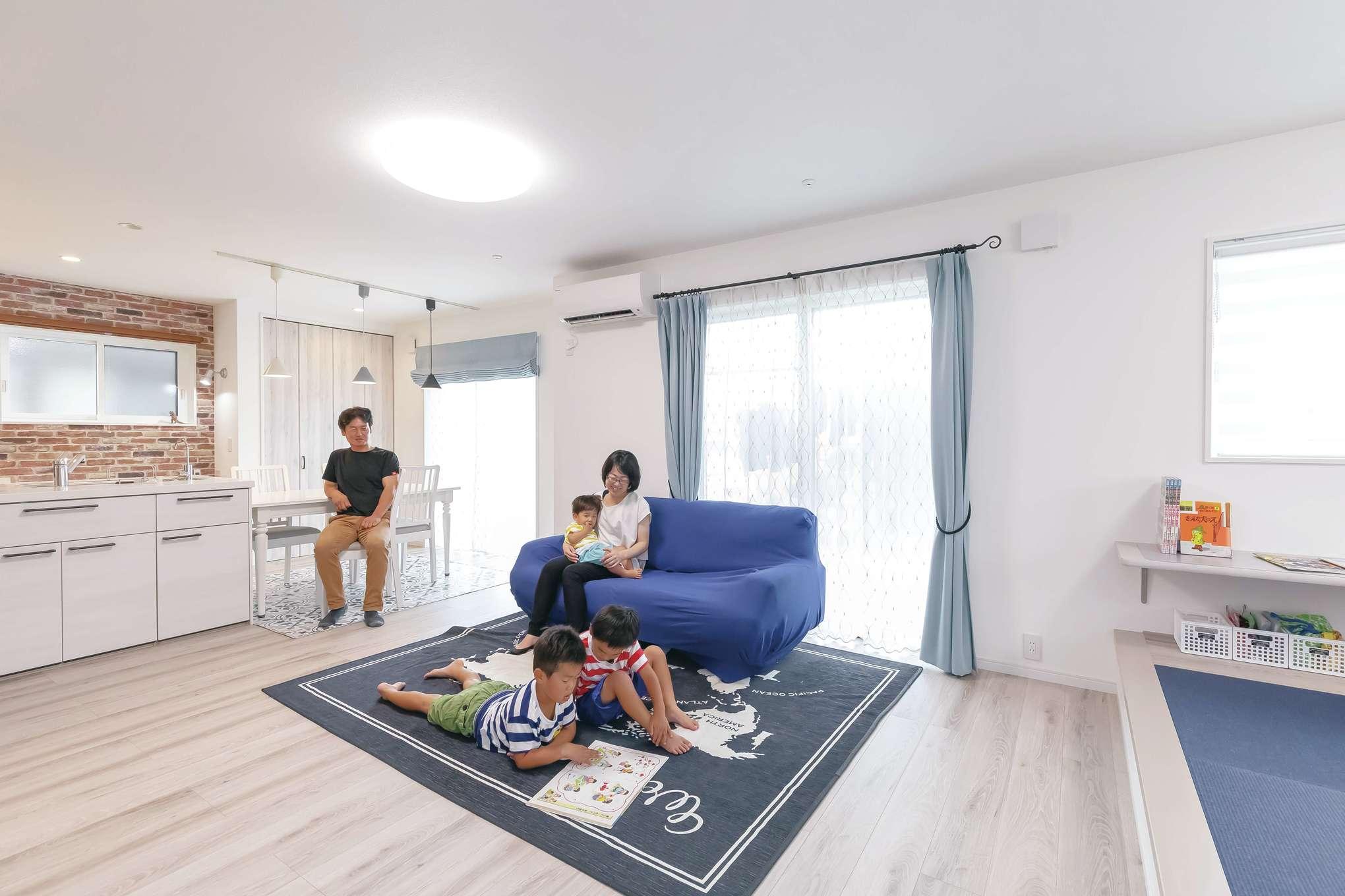 原田工務店【デザイン住宅、子育て、間取り】内装や家具に用いたブルーのグラデーションで統一感を持たせ、オシャレにコーディネート。LDKのソファやラグ、アクセントクロス、小上がりの畳もすべてブルーで統一