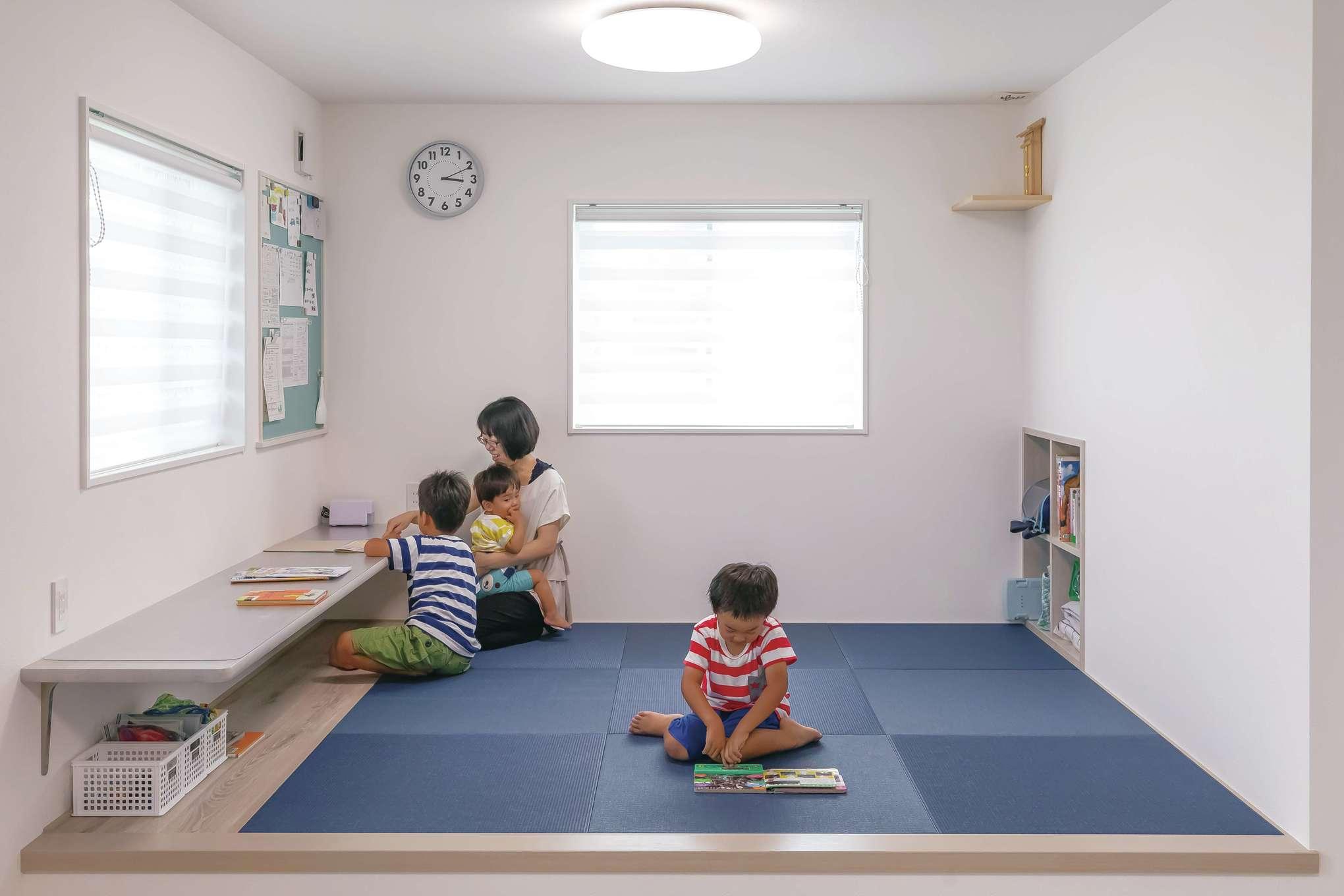 原田工務店【デザイン住宅、子育て、間取り】LDKの隣に設けた小上がりの畳コーナーは当面キッズスペースとして利用。スタディカウンターとマグネットボード、学用品をしまう収納を設けてある。畳の色はもちろんブルー