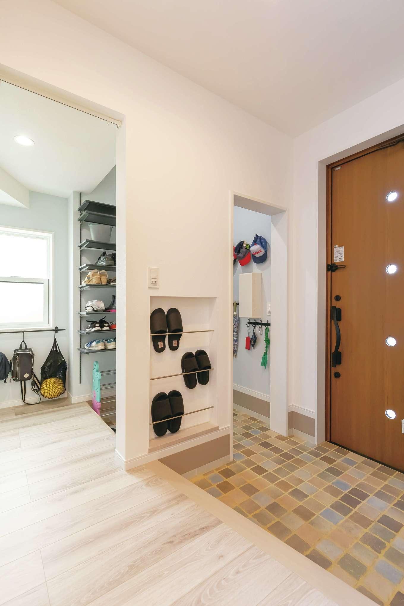 原田工務店【デザイン住宅、子育て、間取り】シューズクローク付きの玄関は、スリッパ掛けやバッグホルダーなど、使い勝手に合わせて細部まで丁寧に設計されている