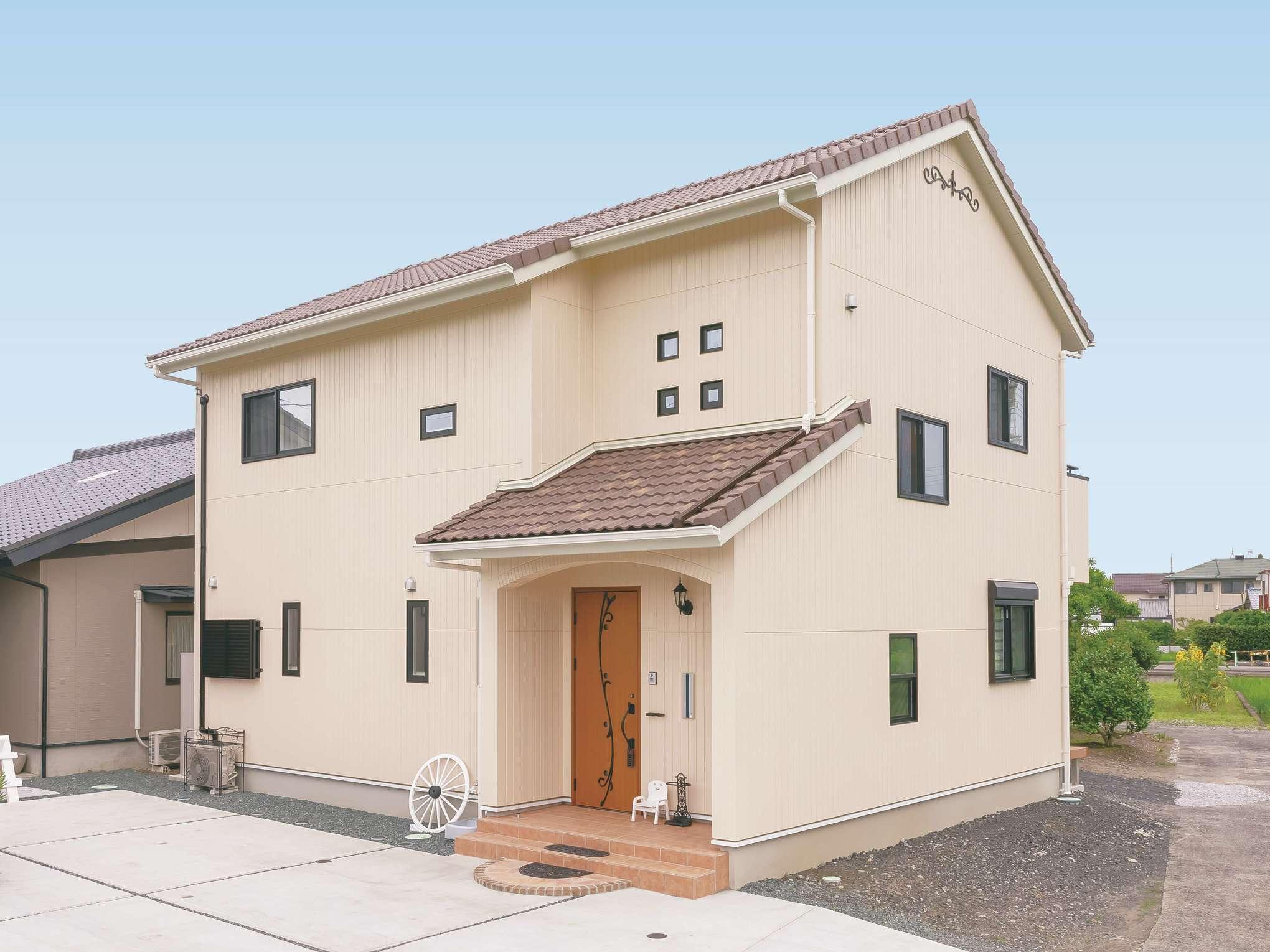 原田工務店【デザイン住宅、子育て、間取り】ポーチのタイルや瓦の素材選びにこだわったかわいらしい外観