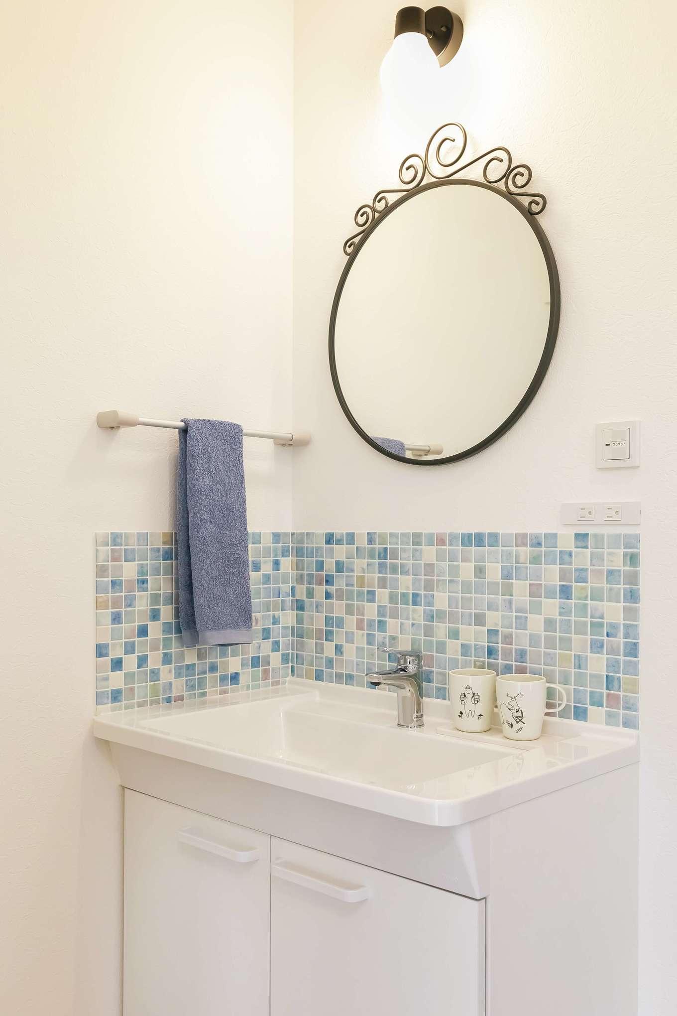原田工務店【デザイン住宅、子育て、間取り】洗面のタイル壁もブルーでさわやかに演出